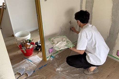 コテを使って壁を塗るイメージ